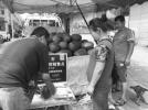 济南:黄河北夫妻俩进城卖瓜 吃住在车上就怕天不热