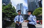 惊心动魄10秒钟:警察11楼楼顶飞身扑向轻生女