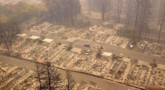 """天堂变""""地狱"""" 航拍加州山火肆虐社区似墓"""