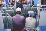 怕弄脏椅子,两务工者多次谢绝公交司机邀请席地而坐