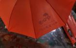 暖闻|杭州公交车司机随手借出一把伞,乘客回赠一百把爱心伞
