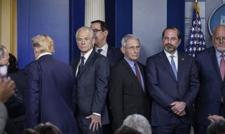 """特朗普力荐药物,引爆白宫""""史诗级争吵"""""""