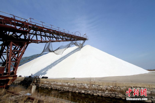 资料图:天津长芦汉沽盐场里高高的盐山。<a target='_blank' href='http://www.chinanews.com/'>中新社</a>记者 张道正 摄