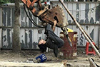 女子倒挂挖掘机上