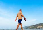 老人大步慢走锻炼腿劲 还能降血脂防糖尿病