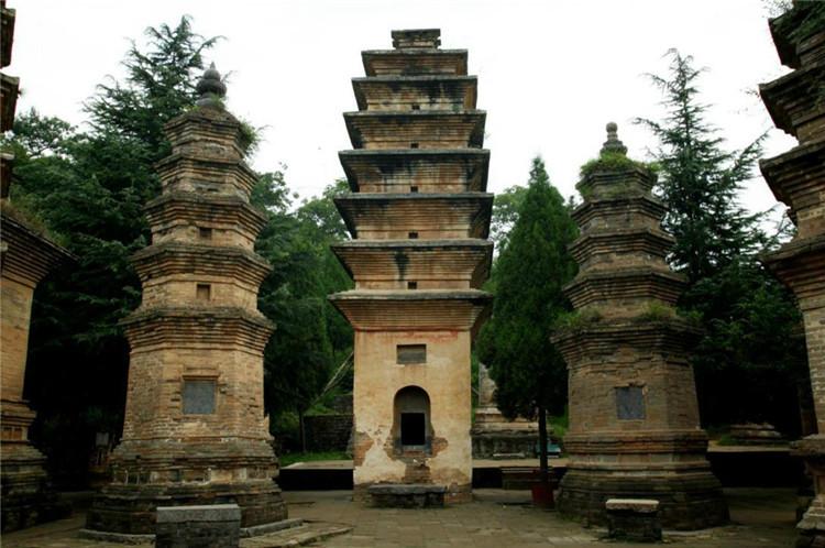 """少林寺塔林保存了公元689年至1803年间的古塔241座和现代塔2座,是中国现存古塔数量最多的塔群,被誉为""""中国古塔艺术博物馆""""。"""