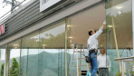 日本地震致建筑摇晃 商店玻璃被震碎