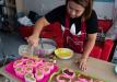 辣眼睛!泰国女子制作超逼真大便状蛋糕,网友热捧