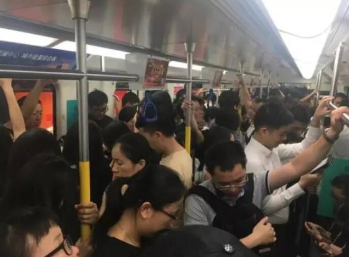 """深圳地铁""""女性车厢""""塞满男乘客:快来看这些男的有多不要脸!"""
