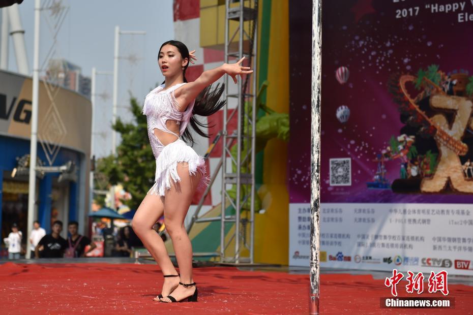 北京管舞大赛美女献艺