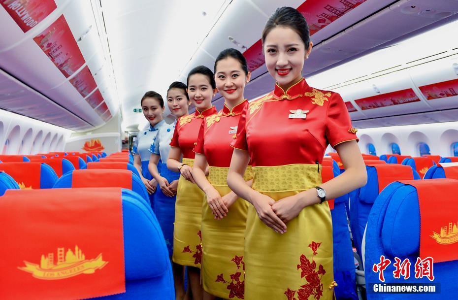 厦航新款专包机空姐制服亮相 你觉得怎么样?