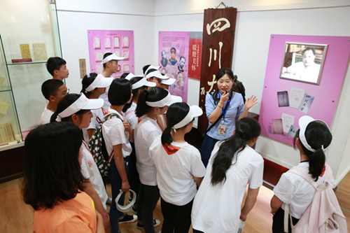美女 四川大学/在四川大学校史展览馆,美女老师讲述着四川大学121年历史及...