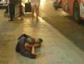 錦州一男子躺在公交站人行道上 姿勢銷魂