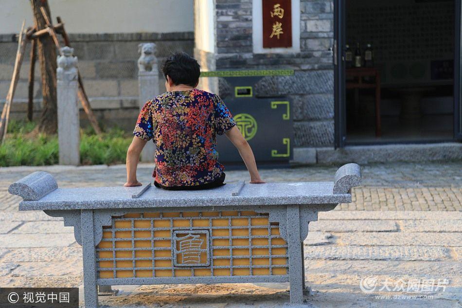 """济南古""""香炉""""造型石椅可休息可照明"""