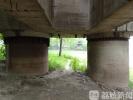江滩上有个废弃桥墩 引发市民好奇