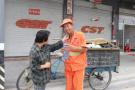 台州环卫工坚持带病妻上班 用行动诠释不离不弃