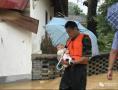 婴儿为消防战士撑伞