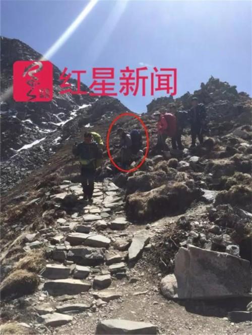 """杨勇(红圈处)被搜救队员找到。 本文图片均来自 """"红星新闻""""微信公众号"""