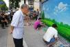 小伙街头手绘郑州地标建筑 市民:把郑州点亮了
