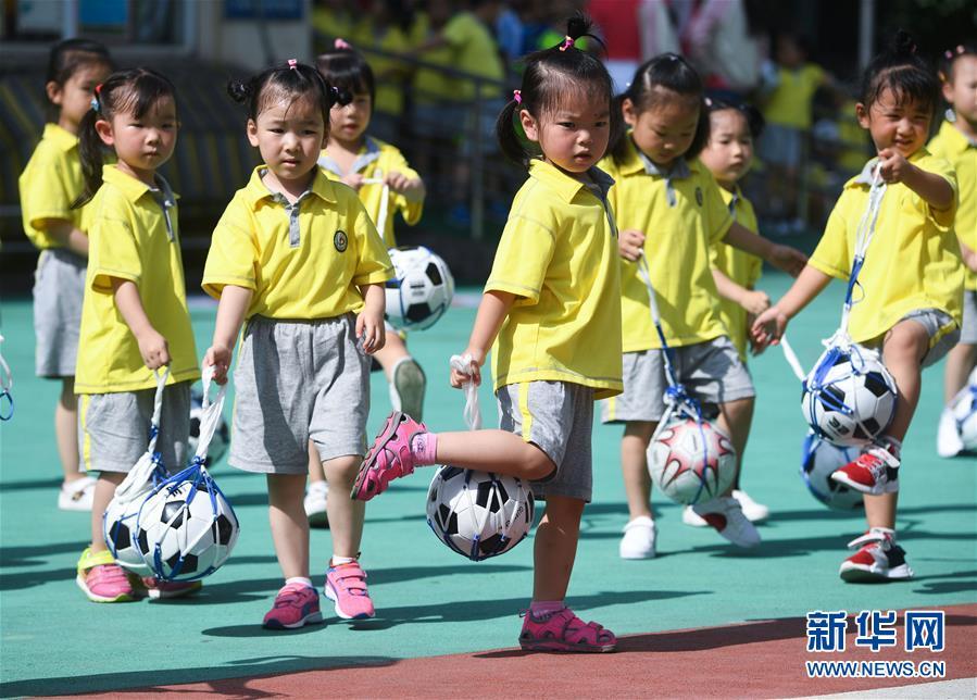 """(教育)(4)校园""""快乐足球节""""迎暑期"""