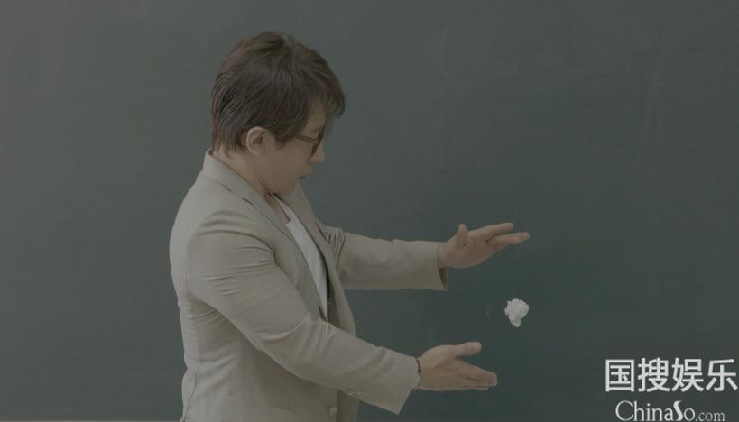 刘谦表演纸巾团悬浮空中魔术