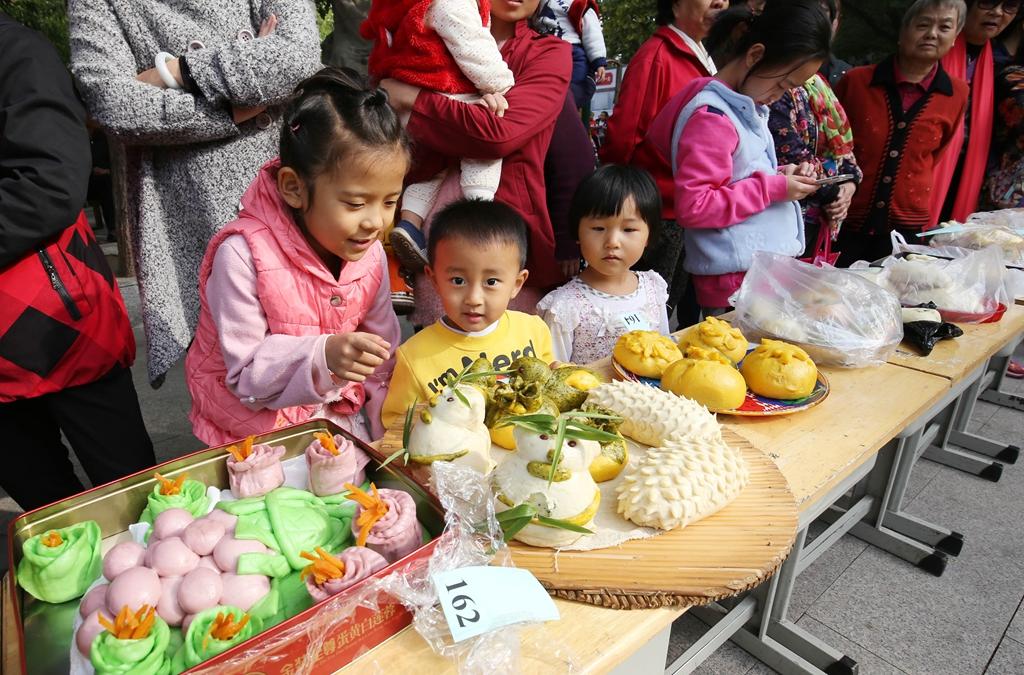 潍坊:社区居民赛面食