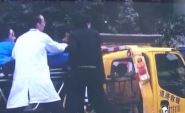 救护车侧翻众人齐帮助 清障车变身救护车疾驰送医