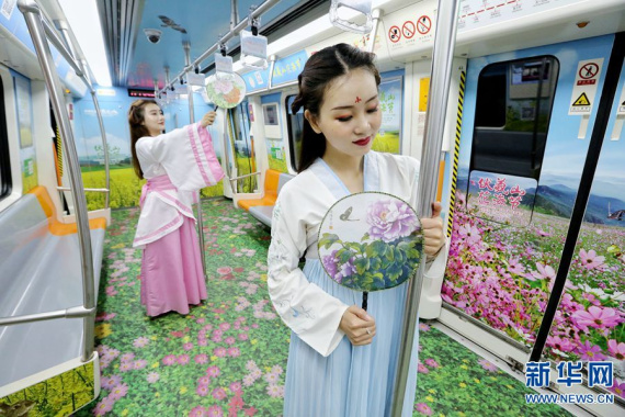 """郑州地铁:花海专列成""""网红打卡地"""""""