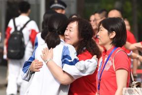 直擊2019年北京高考首日:老師身著紅衣暖心送考